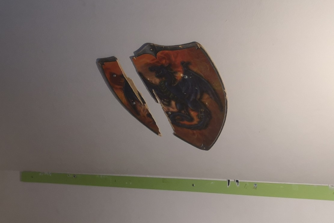zerbrochenes Holzschild