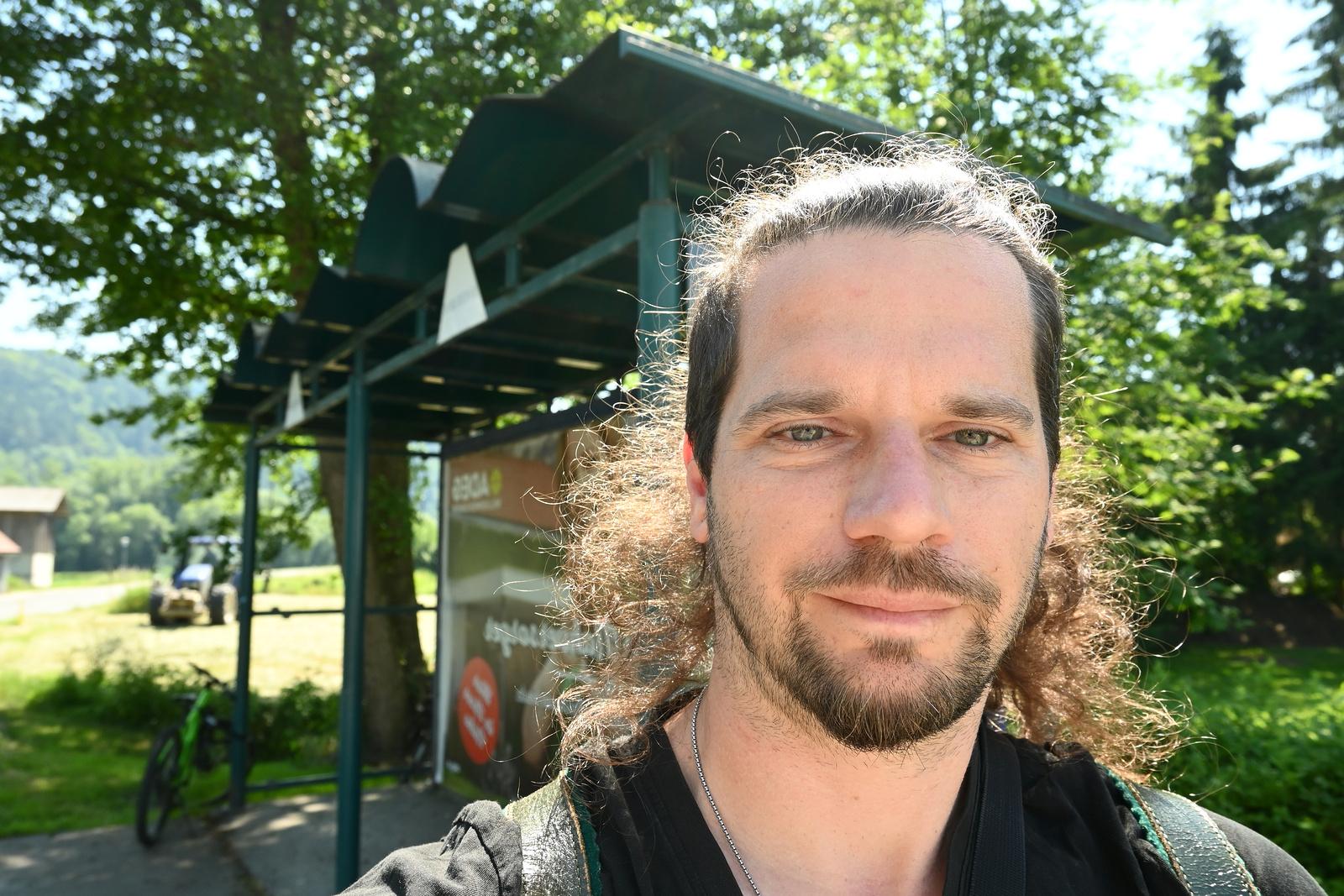 JamesVermont an der Bushaltestelle