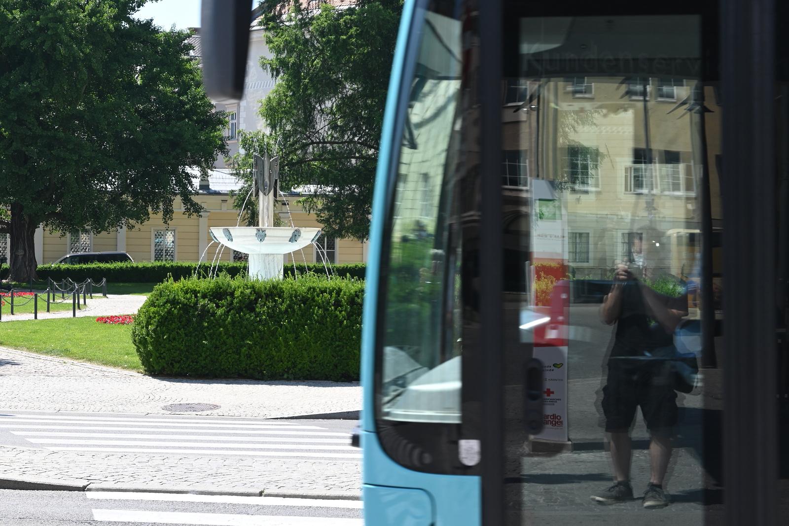 Bus und Spiegelung