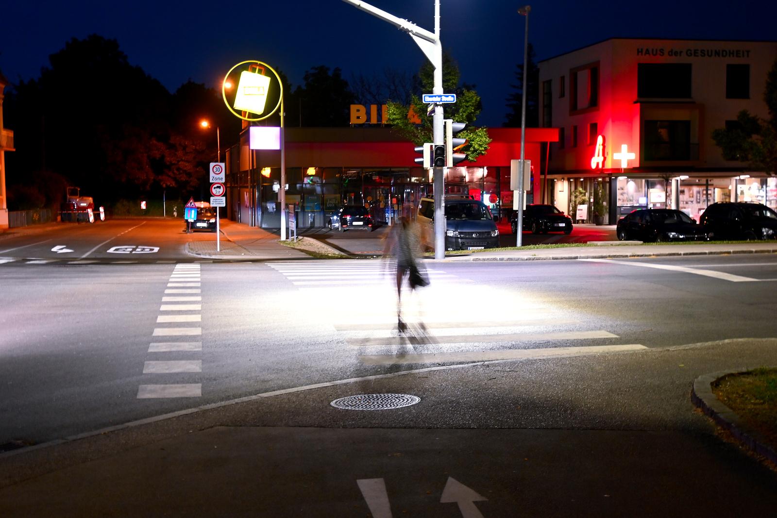 Fußgänger in St.Peter Straße Ebenthaler Straße bei Nacht