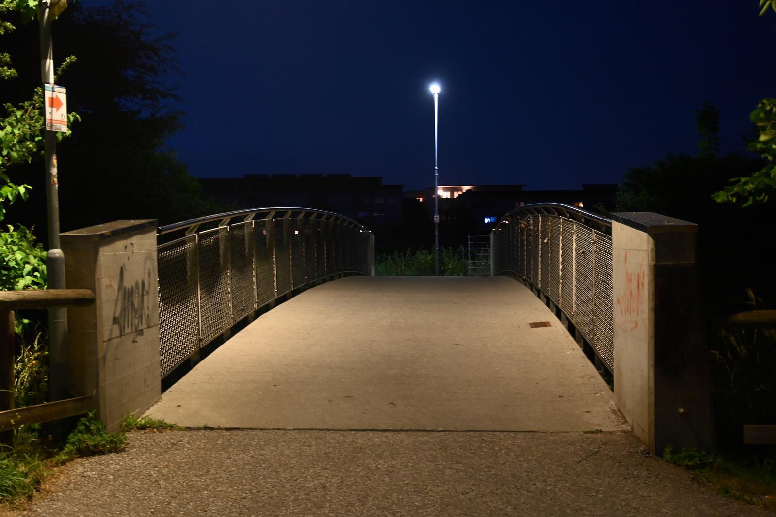 Die Fischl-Brücke über die Glan bei Nacht