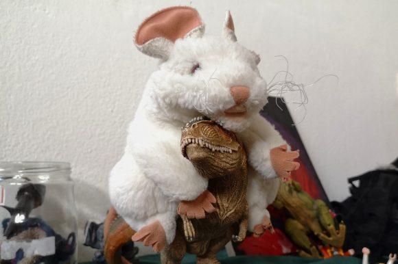 Ratte reitet auf Dino