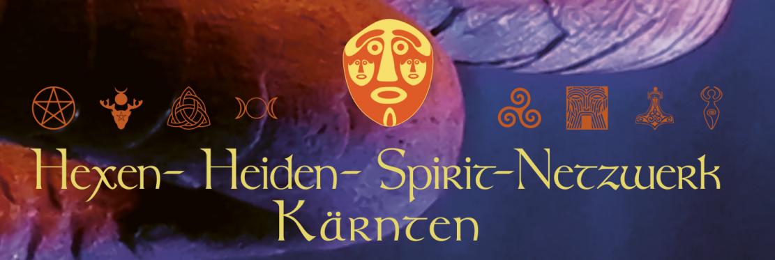 Banner des Hexen- Heiden- Spirit-Netzwerk Kärnten mit verschiedenen Symbolen verschiedener magischen / religiösen / heidnischen Traditionen. In der Mitte befindet sich eine dreigesichtige Maske. Im Hintergrund sieht man einen Teil des Schwanzes des Klagenfurter Lindwurms im Abendlicht
