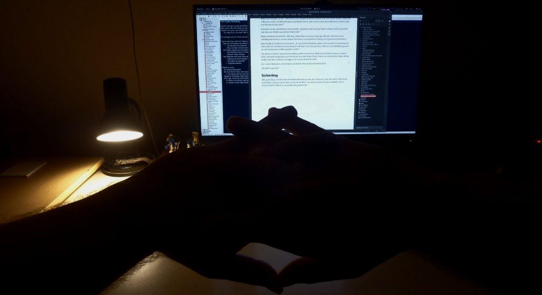 JamesVermont streckt seine Finger vor dem Monitar seines Schreibcomputers